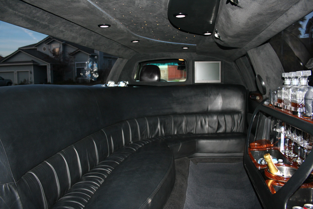 Lincoln Town Car 100 Inch Stretch 8 Passenger Limo Rental Apex
